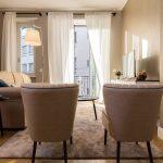Soggiorno moderno dai tocchi classici interior design district en rose
